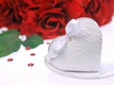 dombornyomott szív alakú dobozka szalaggal (10x9x3 cm)-10 db