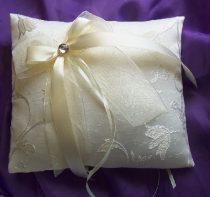 krém, hímzett brokát gyűrűpárna, dekorkővel