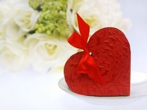 dombornyomott szív alakú dobozka szalaggal,piros (10x9x3 cm)-10 db