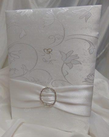 esküvői vendégkönyv A4, fehér brokát, kerek dísszel (sima, 90 lapos)