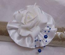 csuklódísz fehér rózsával és gyönggyel